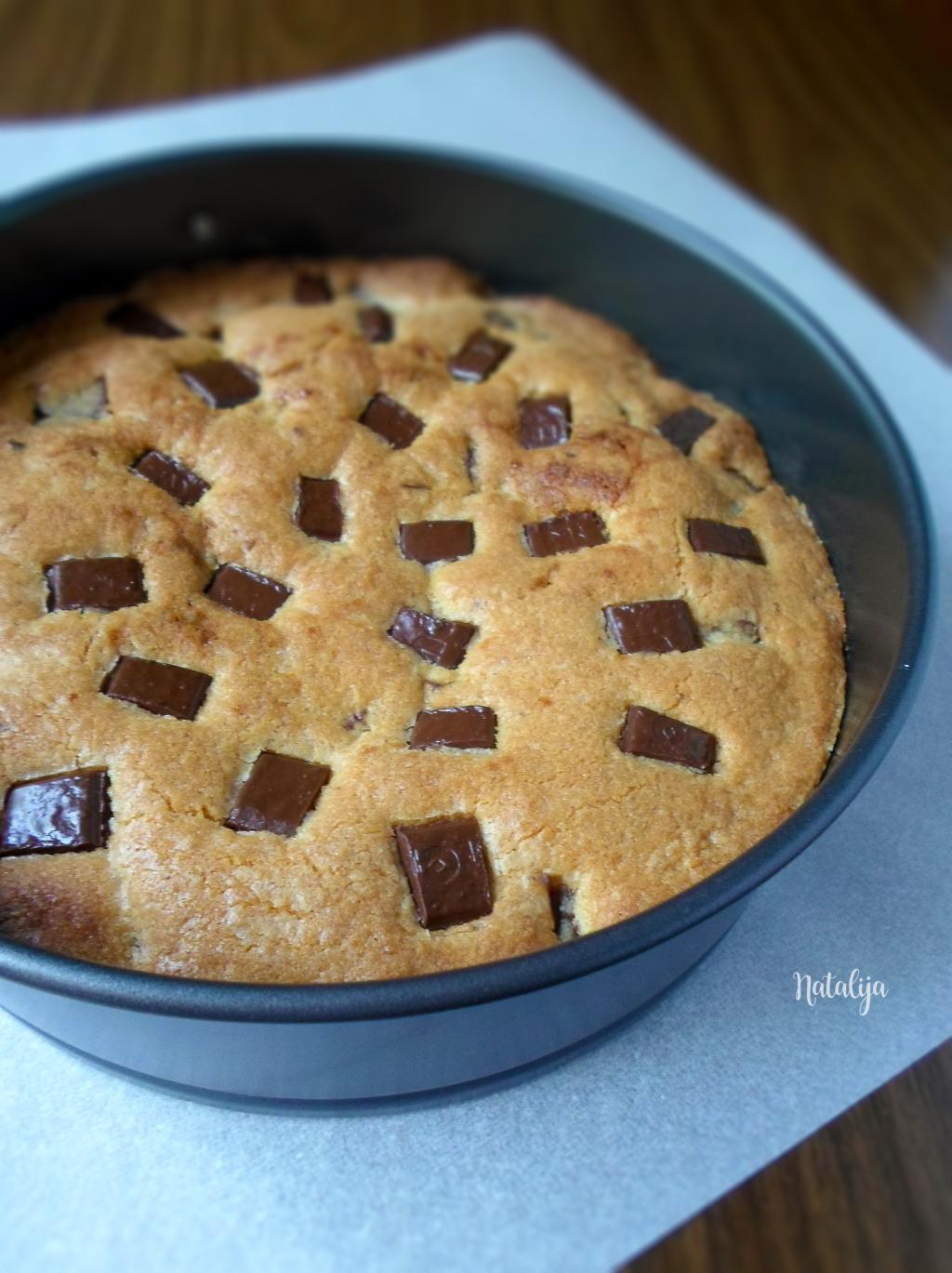 kolač sa komadićima čokolade i kikiriki puterom