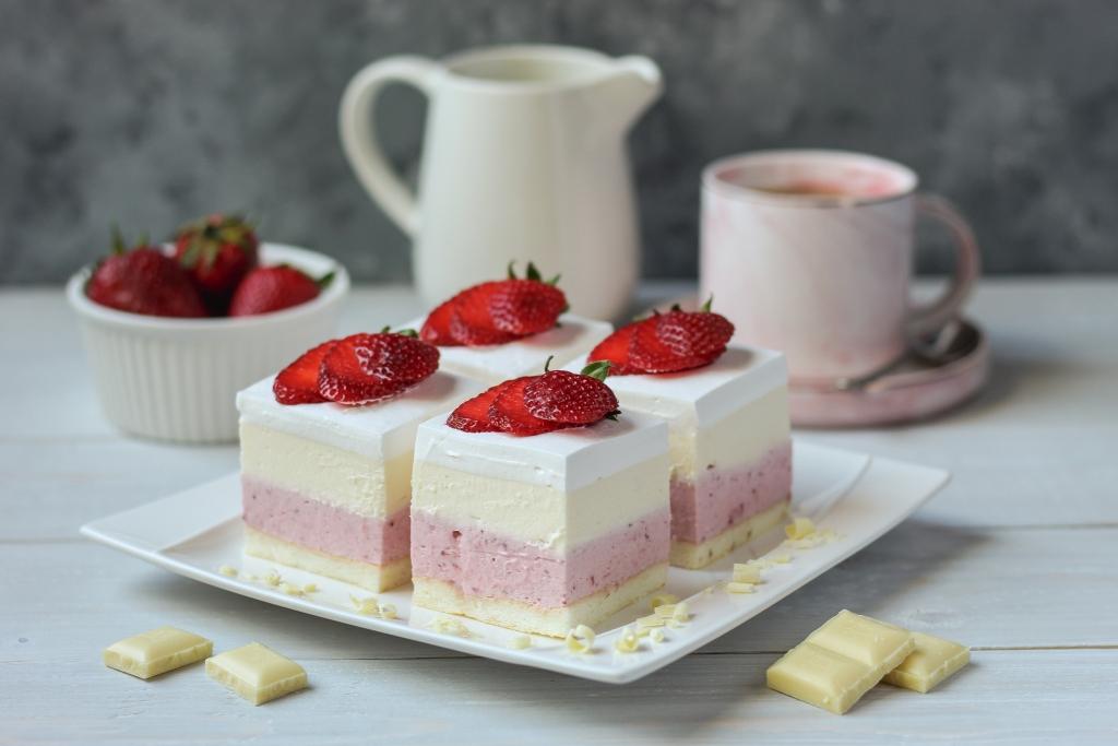 Sladoled kocke sa jagodama i belom čokoladom